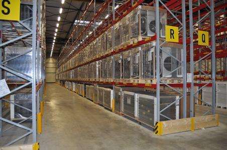 In den Regalen der neuen Logistikhalle lagert Fertigware – bereit zum Versand in alle Welt