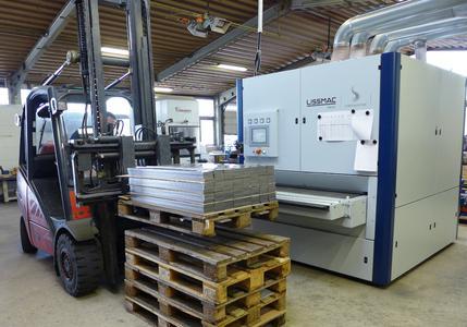 Bild 5: Per Gabelstapler werden die zu bearbeitenden Platinen zur Lissmac-Schleifmaschine SMD 545 transportiert