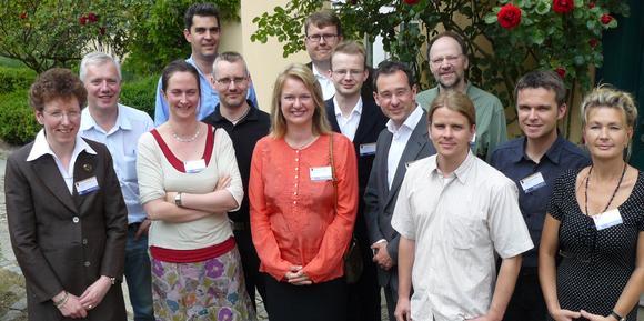 """Die Vortragenden des 1. Int. Symposiums über """"Optical Tweezers in Life Sciences"""" und die Organisatoren von JPK Instruments im Innenhof des Magnus-Hauses"""