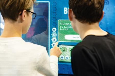 Die Bildungsinitiative expedition d informiert mit einem Erlebnis-Lern-Truck und mit Online-Workshops über die digitalisierte Arbeitswelt. (c) Baden-Württemberg Stiftung gGmbH