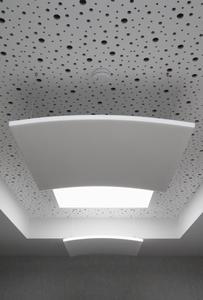 Im Bemusterungsraum ist auch ein Melapor Deckensegel aus nächster Nähe zu sehen: Das Schallabsorptionselement aus Melaminharz mit glatter Oberfläche gibt es in konvexer und in konkaver Form und in unterschiedlichen Farbtönen, Foto: Caparol Farben Lacke Bautenschutz/Claus Graubner