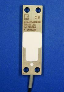 Die Dehnungsaufnehmer SLB-700A werden einfach mit vier Schrauben auf das Bauteil aufgeschraubt