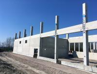Die neue Produktions- und Lagehalle nimmt Gestalt an: Ein weithin sichtbarer Meilenstein im Baufortschritt sind die Betonstützen des Bauunternehmens Goldbeck, die jetzt aufgestellt und verankert wurden.
