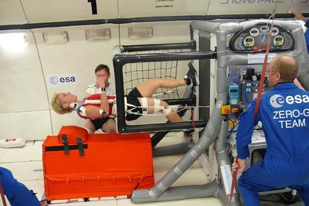 Im ZERO G getauften, für Parabelflüge umgebauten Airbus A300 der ESA testen Ingenieure und ein Astronaut das Laufband namens T2-Rack von QinetiQ Space nv, in dem auch TUBUS Strukturdämpfer von ACE zum Einsatz kommen / Bildnachweis: ACE / QinetiQ Space nv