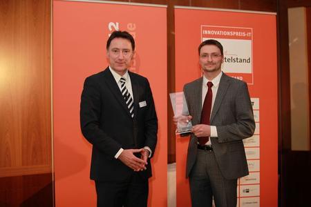 Preisverleihung Innovationspreis Password Safe Buehne Vice President CeBIT Reinhold Umminger - Thomas Malchar