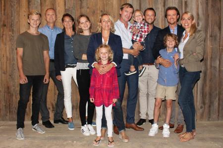 Familie Skala. Von links: Dominic, Christian, Julia, Rebecca, Barbara mit Isabella, Joachim mit Fabius, Konrad, Georg mit Emilian und Katharina