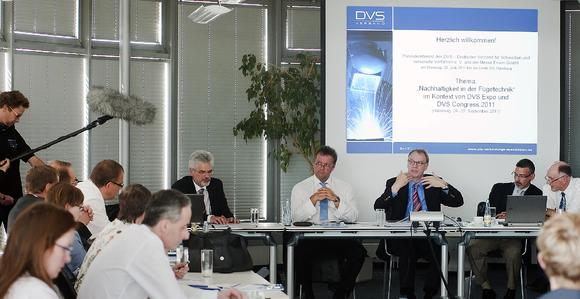 Status discussion of DVS – Deutscher Verband für Schweißen und verwandte Verfahren e.V. (German Welding Society) and Messe Essen GmbH. On stage: Ernst Miklos, The Linde Group; Claus-Peter Regiani, Messe Essen GmbH; Dr. Klaus Middeldorf, DVS; Thomas S. Passek, ASM International (v. l. n. r.) (Picture: Messe Essen GmbH)
