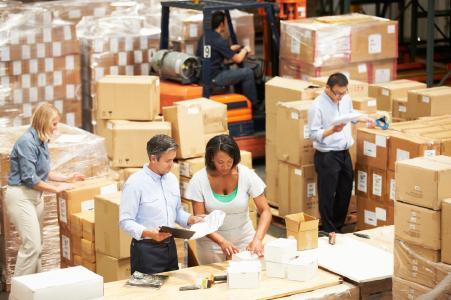 Besuch eines CIM-Logistikberaters im Lager eines Kunden (Symbolbild).