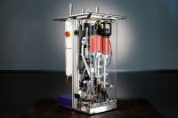 Die ASA Bohr-Schraubanlage bohrt selbstständig ein Loch in die Bodenplatte und schraubt im Anschluss die Trailsec-Schraube ein. Parameter wie Einschraubtiefe oder Geschwindigkeit können individuell eingestellt werden / Bild: Arnold