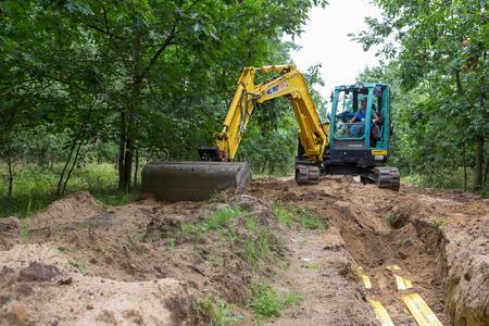 Im Wald verfüllt ein Mitarbeiter der MEB Meyenburger Elektrobau GmbH den Kabelgraben. Foto: WEMAG/Rudolph-Kramer