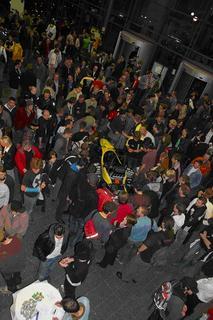 Publikumsmagnet: Großer Andrang rund um den Rennwagen