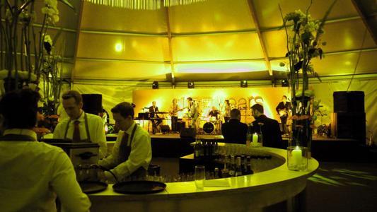 In einer edlen Räumlichkeit feiern Gäste und Mitarbeiter das Firmenjubiläum von OBO.