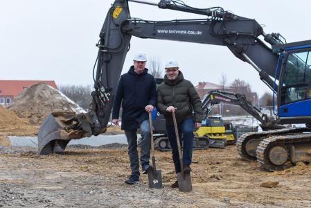 Mit dem ersten Spatenstich haben die LIS-Vorstände Magnus Wagner (r.) und Rolf Hansmann (l.) den Baubeginn eines neuen Bürogebäudes in Greven offiziell eingeläutet. (Foto: LIS AG)