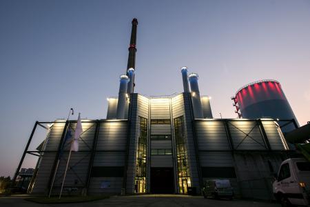Neben der Bildung eines neuen Images für das Schweriner Kraftwerk, lag die Herausforderung der neuen Beleuchtung auf Vermeidung von Lichtverschmutzung. Erreicht wird dies u.a. durch die zielgerichtete Anstrahlung sowie die Verwendung opaler Lichtaustrittsflächen und eines Dimmprotokolls