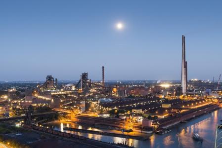 Die 250.000ste Besucherin des Stahlstandorts von thyssenkrupp im Duisburger Norden trägt sich in das Gästebuch ein. Im Rahmen eines Qualifizierungsprogramms für zugewanderte Akademiker hatte die Vera Beregoi aus der Republik Moldau an der Werkführung des Stahlherstellers teilgenommen