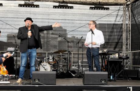 Das Foto zeigt Rolf Stahlhofen, Sänger und Mitgründer der Söhne Mannheims sowie Gründer der Water Is Right-Stiftung WIR (links) mit Matthias Blatz, Geschäftsführer Heidelberg iT. Foto: Andreas Gieser (@cheesy.photo)