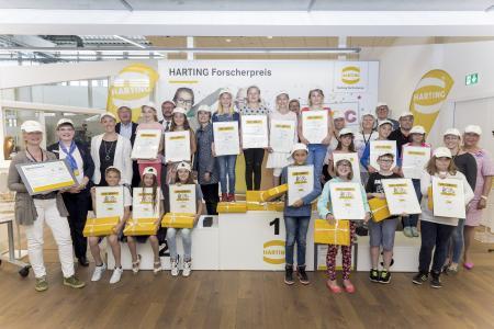 Margrit Harting (rechts) freute sich mit den Siegerinnen und Siegern und gratulierte herzlich zu ihren kreativen Ideen
