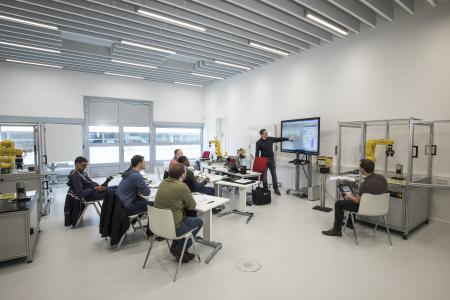 Vom Einsteiger bis zum Automatisierungsprofi: In den Kursen der FANUC Trainingsakademie lernen Teilnehmer den Umgang mit Automatisierungslösungen von SMC in unterschiedlichen Schwierigkeitsgraden