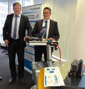 Jürgen Valentin (l.), Technologievorstand der NanoFocus AG, und Dr. Gerd Eßer (r.), Geschäftsführer der inpro, präsentieren das maßgeschneiderte Messmittel für Lackierprozesse.