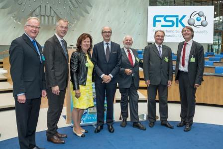 """Dr. Hans-W. Schloz (FSK-Geschäftsführer, e.v.l.) und Albrecht Manderscheid (FSK-Vorsitzender, Mitte) mit den Diskussionsteilnehmern v.l.n.r. Johannes Remmel (NRW-Umweltminister), Ilka von Boeselager (Mitglied des Landtages NRW), Prof. Dr. Ernst von Weizsäcker (Co-President """"The Club of Rome""""), Dr. Dietmar Kopp (Bundesministerium für Wirtschaft und Energie) und Moderator Dirk Jepsen (Ökopol) unter dem Bundesadler im WCC / alter Bundestag Bonn."""