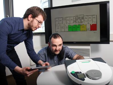 Die beiden Doktoranden Johannes Kölsch (links) und Christopher Heinz entwickeln ein nutzerfreundliches Softwaresystem, das Geräte unterschiedlicher Hersteller verbindet  (Foto: Thomas Koziel)