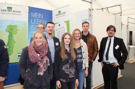 Studierende der TU Berlin zusammen mit dem MEMA-Netzwerkmanager Maik Schmeltzpfenning (2.v.l.), dem Ems-Achse-Botschafter Jan Schwarte (3.v.l.) und Ems-Achse-Projektleiter Nils Siemen (7.v.l.)