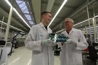 Bis Ende 2021 will Bernhard Noll (rechts) den aus dem elsässischen Betschdorf stammenden Aurelién Kleiber auf seinen Posten als Leiter des Qualitätsmanagements vorbereiten. Anmerkung: Das Foto wurde bei der Fritsche Elektronik noch vor der Abstandsregelung der Bundesregierung zur Corona-Pandemie erstellt
