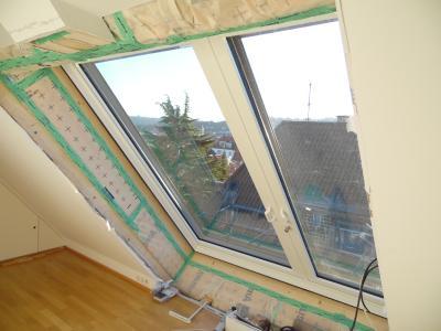 Das für die Sicherheit der Nutzer mit einem Schwenkhakenschloss ausgestattete Balkonausstiegsfenster bietet maximalen Komfort / Foto: LiDEKO