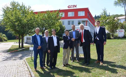 """Handshake zur Vertragserweiterung vor dem neuen GLYN Gebäude """"Haus 3"""""""