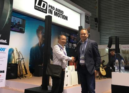 "Amministratore delegato di Great Wall Audio's Musical Instrument, Kwong Wai Tong accoglie il COO di Adam Hall Group, Markus Jahnel, presso lo stand (Hall W5) alla fiera internazionale ""Music China"" di quest'anno. Great Wall Audio ha presentato con grande orgoglio le innovazioni dei prodotti di LD Systems®, marchio professionale di sistemi audio di Adam Hall Group, inclusa la nuova serie MAUI® e CURV 500®.  Sono momenti coinvolgenti per Great Wall e Adam Hall Group in Cina"