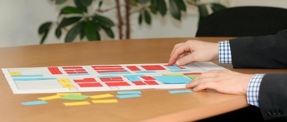 Fabrikplaner verbringen viel Zeit mit der Suche nach dem optimalen Layout – erst am Papiermodell, später in aufwändigen Computersimulationen. (Foto: IPH)