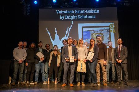 Nico Sonnenberg, Nadine Geiß und Linda Klotz von Bright Solutions nahmen den Splash Award 2018 in der Kategorie Enterprise entgegen. Überreicht wurde die Auszeichnung durch Robert Douglass von Platform.sh, Goldsponsor der Splash Awards. (1. Reihe von links nach rechts) ©Lars Stauder Photography Drupal Business Deutschland e.V.