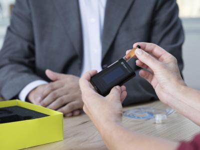 Die innovative Insulinpumpe ist leicht und kompakt / Foto: Ypsomed AG