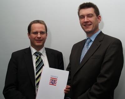 Patrick Wolf, Geschäftsführer der CoSee GmbH (links) und Dr. Martin Steinebach, Fraunhofer SIT, freuen sich über den Zuwendungsvertrag für ihr PlugMark-Projekt. Foto: M. Kip