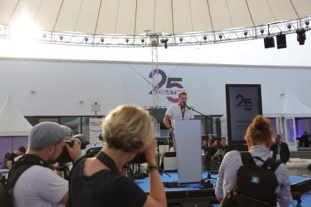Geschäftsführer Andreas Sander begrüßt die 750 Gäste