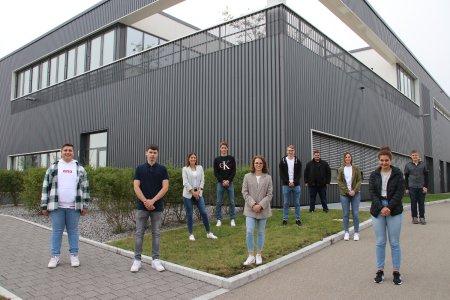 Bild 1: Neun Auszubildende und eine duale Studentin starten am Standort in Rottenburg-Ergenzingen in das neue Ausbildungsjahr bei BITZER – in diesem Jahr erneut unter Berücksichtigung der Abstands- und Hygieneregeln im Zuge der Coronapandemie