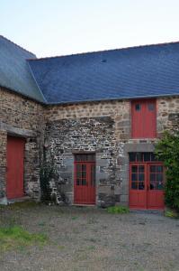 Der Korpus des Gästehauses besteht aus geschichteten Granitsteinen, die Dacheindeckung aus Schieferplatten ruht auf einem 250 Jahre alten Eichenholztragwerk, das ab 2004 umfassend saniert und wo nötig verstärkt wurde. Foto: Achim Zielke