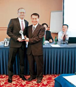 Mean Well zeichnet Emtron mit Excellent Partner Award 2012 aus