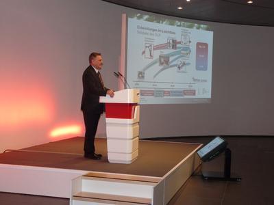 """Prof. Dr. Horst E. Friedrich vom Institut für Fahrzeugkonzepte des DLR stellte das """"Stuttgarter Modell"""" vor: eine Spant-Space-Frame-Bauweise mit CFK-intensiven Multi-Material-Design"""
