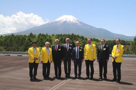 Große Ehre für Prof. Dr.-Ing. Jürgen Kletti (Dritter von links) und die MPDV-Delegation beim Besuch im FANUC Headquarter am Fuß des Mount Fuji durch Anwesenheit des FANUC-Gesellschafters Dr. Eng. Yoshiharu Inaba (Zweiter von links)