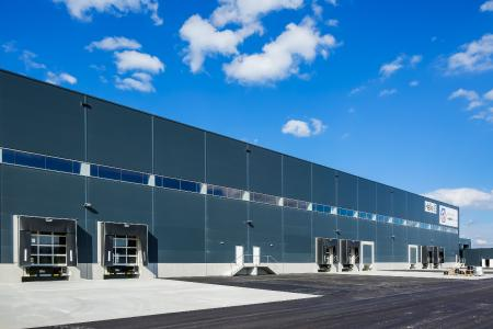 The well-insulated new building provides ideal conditions for temperature-controlled logistics of pharmaceuticals. In addition, the new TMA location in the logistics centre Wien-Nord, directly connected to the Vienna Outer Ring expressway S1, has very good transport connections. Reference: trans-o-flex
