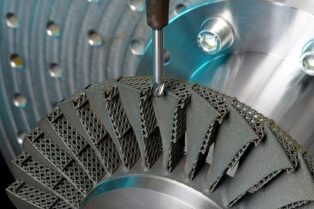 Beim »Laser Powder Bed Fusion« wird Metallpulver durch einen Laserstrahl gemäß den Geometrieinformationen Schicht für Schicht aufgeschmolzen
