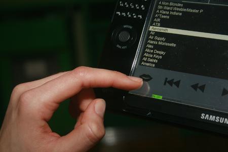 Auch der Fernsehkanal lässt sich durch Spracheingabe auswählen - hier über das Mikrofon eines Handcomputers.