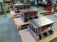 Drei Folgeverbundwerkzeuge zur Herstellung von Lichtschalterrahmen aus Aluminium.