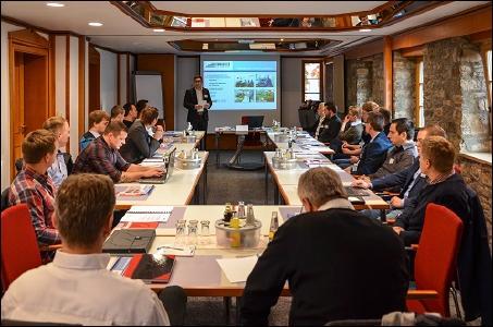 Geschäftsführer Henning Vogler begrüßt die Teilnehmer