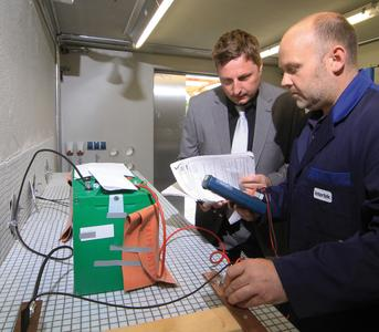 Intertek offers testing for environmental influences on Lithium-Ion Batteries (Li-Ion) and battery management systems for electric vehicles, Bild Intertek Akkutest im Abuse Bunker