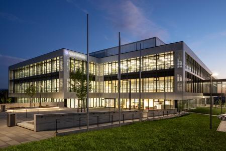 Ansicht des Neubaus während der Dämmerung / Bildnachweis: Schüco International KG // Fotograf: Atelier Altenkirch