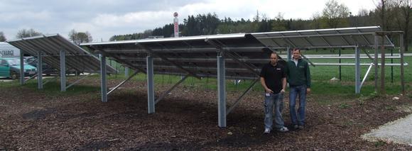Denis Duckart (rechts) und Andreas Stengert veranschaulichen die Höhe von Solarmodul-Freilandanlagen. Zusammen mit einfachen Fundamenten liefert Schletter die stabilen Unterbau-Konstruktionen