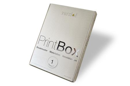 """Die """"versio! PrintBox"""" mit 20 veredelten Druck- und Papiermustern lässt sich ab sofort online bestellen"""