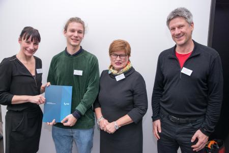Preisträger Julius Hetzel freut sich gemeinsam mit Rektorin Prof. Dr. Karin Luckey (2.v.r.), Julia Maxwitat-Balzer (Sparkassen-Stiftung) und Betreuer Prof. Dr. Martin Hering-Bertram über den HSB-Innovationspreis und den damit verbundenen Geldbetrag (Fotograf: Shuvo Sarkar, Hochschule Bremen)